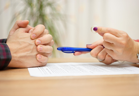 wife want from husband to sign divorce papers and giving him back wedding ring Standard-Bild
