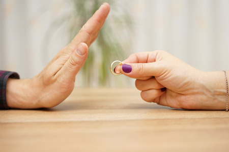 donna innamorata: donna vuole rompere con il fidanzato, si rifiuta di prendere l'anello indietro Archivio Fotografico