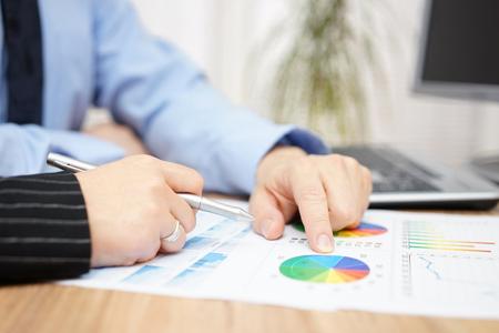 zakenman en zakenvrouw bespreken over bedrijfsrapport in kantoor