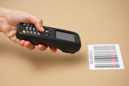 Scanning label on the box with barcode scanner Zdjęcie Seryjne