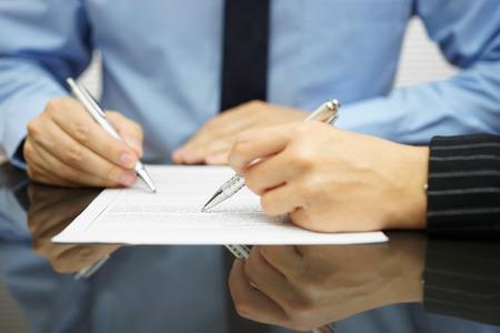 revisando documentos: equipo de negocios en reunión está trabajando en el documento financiero o legal