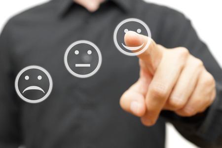 남자는 행복, 긍정적 인 미소 아이콘, 만족과 improvment의 개념을 선택합니다 스톡 콘텐츠