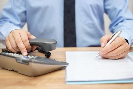 zakenman hulp nodig heeft voor juridisch document en bellen zijn adviseur Stockfoto