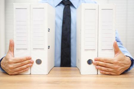 Geschäftsmann-Holding-Dokumentation, Rechnungswesen-Konzept Lizenzfreie Bilder