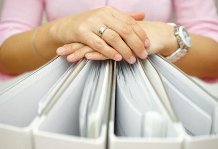 Secretário segurando pastas, conceito de contabilidade, negócios, documentação, documentos Imagens