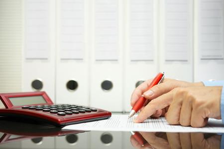 auditoria: hombre de negocios est� analizando los precios de propuesta de contrato