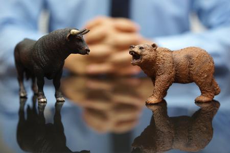 Geschäftsmann schaut Bulle und Bär, Konzept der Aktienmarkt und investieren