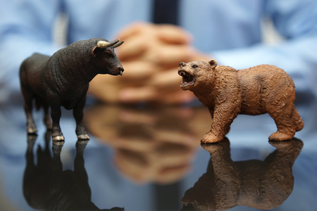 hombre de negocios: hombre de negocios est� mirando toro y el oso, el concepto de mercado de valores y la inversi�n Foto de archivo
