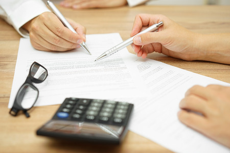 Zakenvrouw is het uitleggen van algemene voorwaarden in overeenstemming te zijn cliënt voordat hij het document te ondertekenen