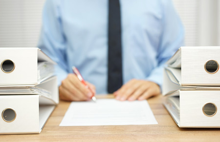 De zakenman schrijft rapport over onregelmatigheden in bedrijfsgegevens Stockfoto - 47721168