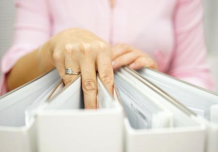 auditoría: empresaria está tomando un aglutinante de los otros