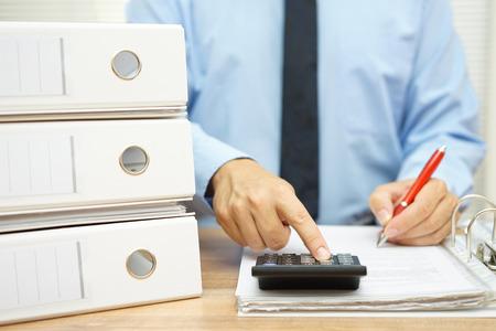 auditoria: hombre de negocios est� haciendo reporte de datos de la empresa