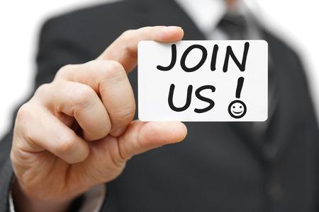 compromiso: El hombre de negocios que sostiene la tarjeta de contacto con el Join Us y signo de exclamación con el icono de la sonrisa