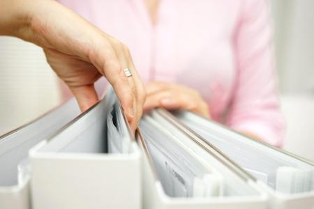 zakenvrouw is het inspecteren van documentatie