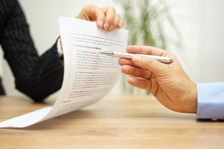 femme d'affaires détenant un document juridique et veut une explication sur l'article dans le contrat