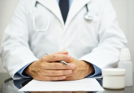 Arts luistert zijn cliënt over gezondheidskwesties Stockfoto