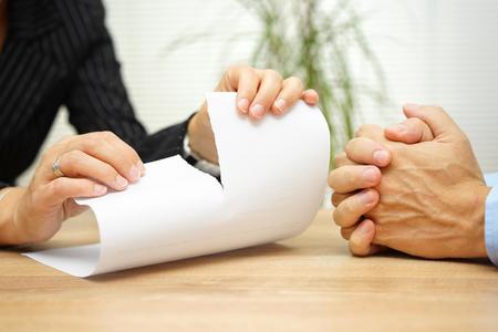 entrevista de trabajo: En la satisfacción de la mujer rasgando el documento de su compañero o socio