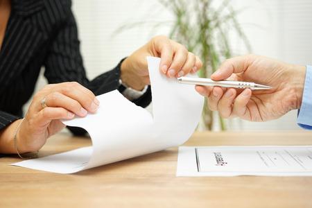 Femme larmes documents de l'accord devant l'agent qui veut obtenir une signature