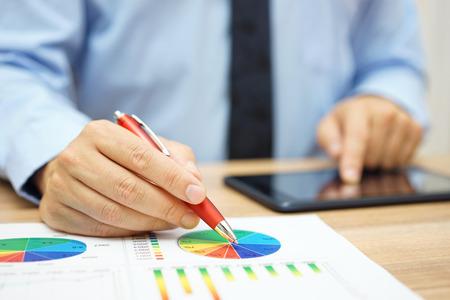 financiële werknemer het analyseren van zakelijke gegevens en het werken met tabletcomputer
