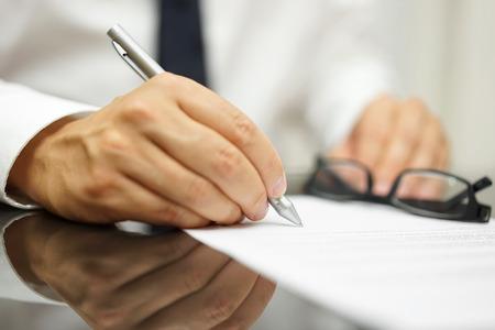 revisando documentos: Despu�s de una revisi�n de la operaci�n de negocios contrato de venta terminado