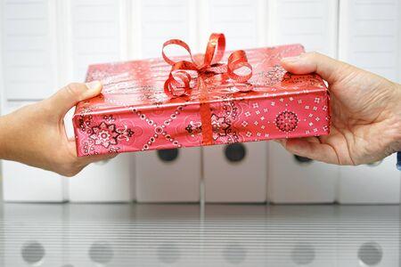 gros plan de deux mains échangeant un cadeau au bureau Banque d'images