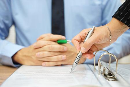 business man en vrouw het controleren van het voorstel van contract