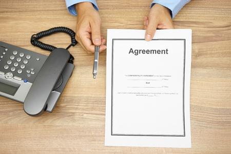 gestion empresarial: vista desde arriba de hombre de negocios est� ofreciendo una pluma para firmar un acuerdo