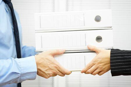 registros contables: Cliente está pasando a la documentación en carpetas a su pareja
