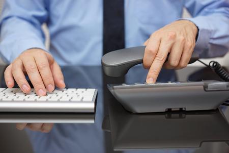 Zakenman werkt op de computer bellen voor support