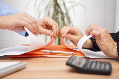 Zakelijk conflict, op een zakelijke bijeenkomst manager en werknemer te vernietigen diepgang van document Stockfoto