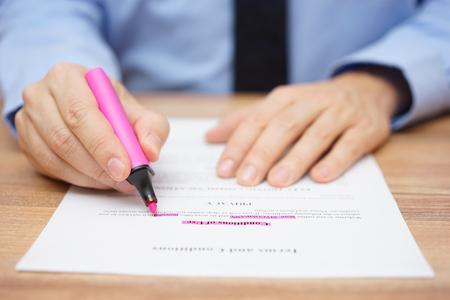 zakenman onderstrepen belangrijke tekst in contract Stockfoto