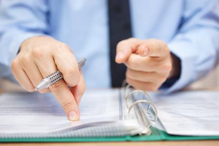 Belastinginspecteur wijst naar je, belastingontduiking begrip Stockfoto - 56353063