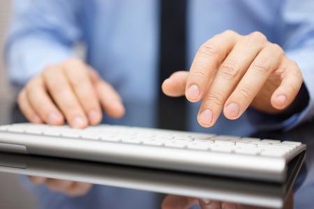 Nahaufnahme der Geschäftsmann Eingabe auf modernen Computer-Tastatur