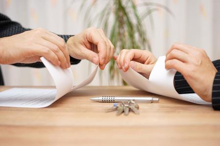 Man en vrouw zijn scheuren scheidingspapieren