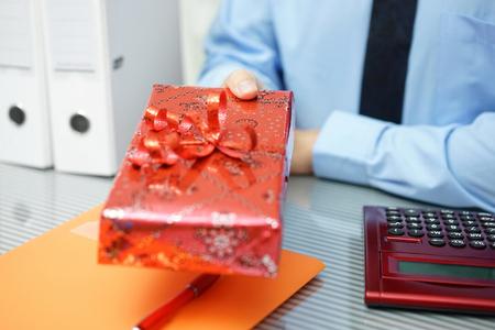 zakenman geeft kerst cadeau aan partner