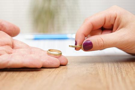 Mann und Frau geben Trauringe zurück, brechen Konzept