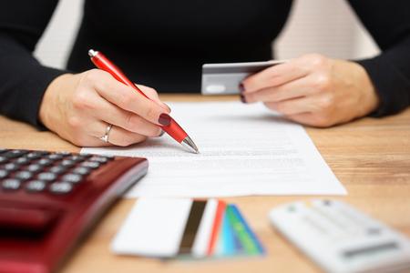 la mujer es la apertura de la cuenta bancaria y la comprobación de la información de tarjetas de crédito Foto de archivo