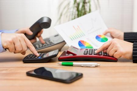beschäftigt Business-Team arbeiten an Finanzbericht und rufenden Client