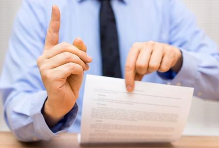 manager is boos op een collega als gevolg van slechte document en daag het dispositief van de mondelinge zin Stockfoto