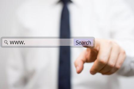 Geschäftsmann ist mit Internet-Suchleiste, die Lösungen zu finden Lizenzfreie Bilder