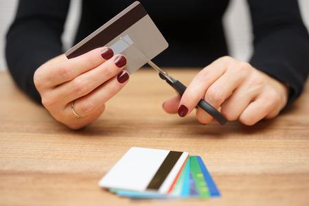 vrouw is het vernietigen van credit cards als gevolg van grote schulden Stockfoto