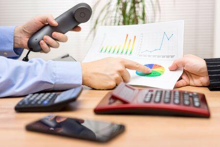 Geschäftsleute, die eine Diskussion über Finanzbericht nad Gesprächspartner mit etwa Ergebnisse zu informieren Lizenzfreie Bilder