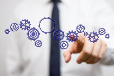 Geschäftsmann berühren virtuellen Zahnrad, das Konzept der unternehmerischen Initiative Innovation