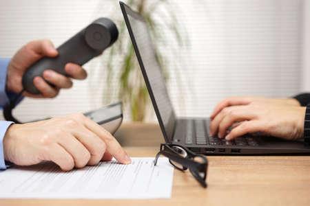 Business-Team arbeitet gemeinsam an Projekt und die Kommunikation über Internet und Telefon