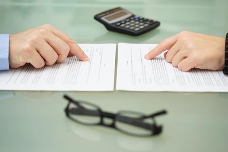 Mann und Frau und liest langsam Versicherung Lizenzfreie Bilder