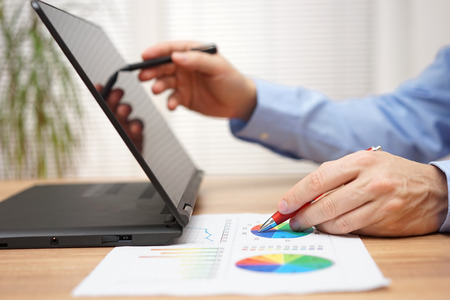 zakenman is het analyseren van zakelijke gegevens op het document en het werken met de stylus pen op touchscreen laptop computer