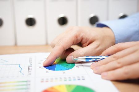 close-up van de financiële adviseur bij de analyse van bedrijfsgegevens Stockfoto