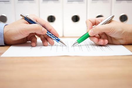 zakenmensen onderzoeken document op tafel