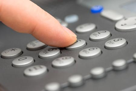 close-up van zakenman doorkiesnummer Telephone Keypad Stockfoto