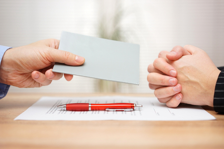 manager willen ontslagen werknemer en toont hij Employee handboek die regels was ongehoorzaam